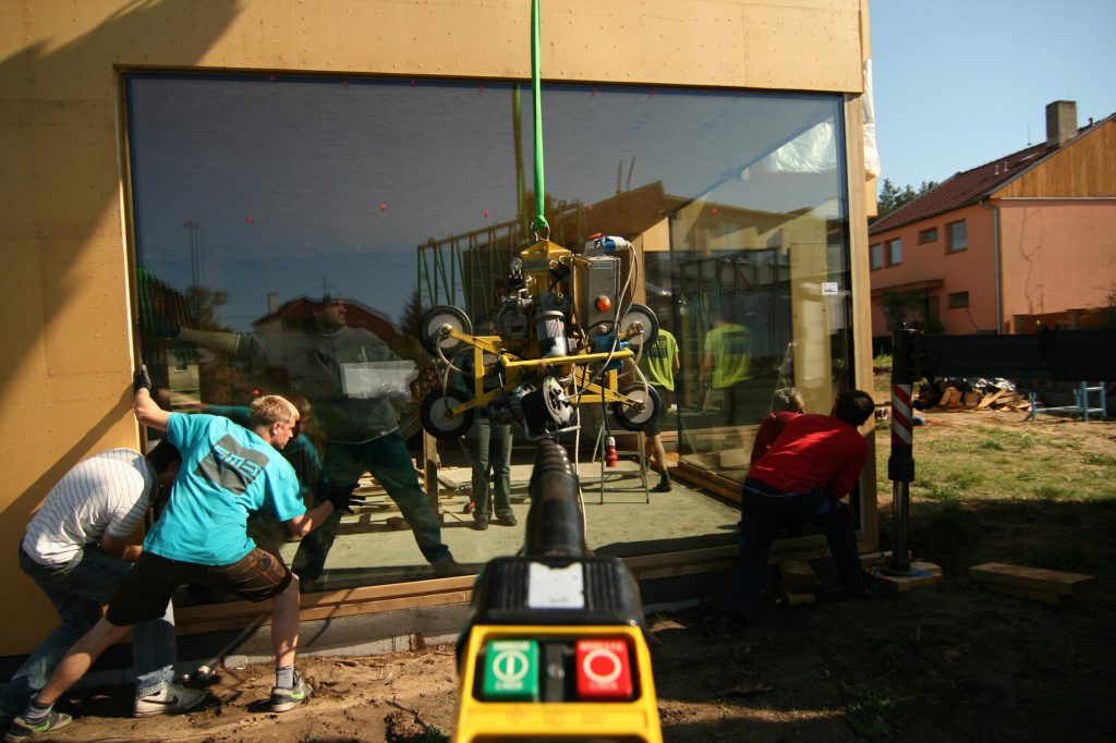 Montáž velkého bezrámového zasklení na dřevostavbě v Dubňanech