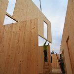 Montáž domu z dřevěných panelů